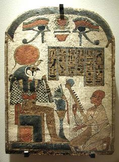 La divinización de este pájaro posiblemente se debió a la admiración hacia el halcón peregrino, una espléndida ave de rapiña, bastante agresiva, que surcaba el cielo egipcio de forma majestuosa. El culto a deidades identificadas con el halcón en Egipto fue algo muy extendido. Suponemos que en el Periodo Predinástico muchos de estos halcones se fusionaron en Horus –el distante-, ya que éste terminó siendo el más importante aunque también fue la encarnación animal de Ra, Sokar, Montu…