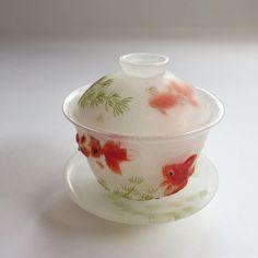 金魚の蓋碗この前の金魚のうつわは実はこうなります。金魚の蓋碗、初めて作ったよ。#岡田多恵 #パートドヴェール #ガラス #ガラス工芸 #patedeverre #pâtedeverre #glass #glassart #金魚 #蓋碗 #中国茶 #うつわ