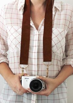 Roundup: 12 Simple and Easy DIY Camera Straps Diy Camera Strap, Leather Camera Strap, Binder Clips, Camera Accessories, Leather Accessories, Do It Yourself Inspiration, Best Digital Camera, Mother's Day Diy, Minimalist Wallet