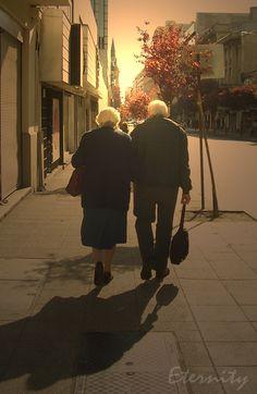أيا امرأة تمسك القلب بين يديها    سألتك بالله لا تتركيني    لا تتركيني    فماذا أكون أنا إذا لم تكوني    أحبك جداً    وجداً وجداً    وأرفض من نــار حبك أن أستقيلا    وهل يستطيع المتيم بالعشق أن يستقلا...    وما همني    إن خرجت من الحب حيا    وما همني    إن خرجت قتيلا