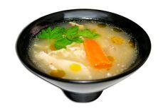Los médicos afirman que tomar caldo de pollo o sopa durante los resfriados es un placebo, pero ayuda a aclarar las fosas nasales y lo caliente ayuda a controlar las molestias de la garganta. ¡Apapáchate!