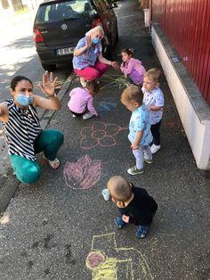 Desenele pe asfalt fac parte dintre cele mai frumoase simboluri ale copilăriei, foarte mulţi copii îndrăgind această activitate. Preşcolarii de la King George Uverturii au avut ocazia să coloreze şi să înveselească trotuarul din faţa grădiniţei.  Culoarea nu a lipsit nici din celelalte activităţi desfăşurate de micuţii noştri, fie acasă împreună cu părinţii, ori la grădiniţă cu educatoarele. Pe tărâmul grădiniţei noastre, jocurile sunt educative, iar imaginaţia celor mici este lăsată să… King George, International School, Georgia, Sports, Hs Sports, Sport