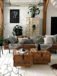 Door wit en hout te combineren met grove materialen, aardse en grijze tinten, creëer je een industrieel en stoer geheel in je woonkamer. Deze houten kisten dienen bovendien als salontafels. Deze kleuren mooi bij de leren congackleurige bank | Fotografie: Jellina Detmar | Industrial living room | #inspiration #interieur | Eigen Huis & Tuin