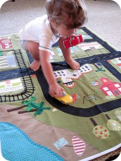 Car play mat DIY==I love the railroad tracks, maybe that could be another play mat. Sewing For Kids, Diy For Kids, Crafts For Kids, Sewing Toys, Baby Sewing, Car Play Mats, Felt Play Mat, Fete Halloween, Boy Quilts