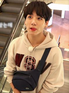 Image discovered by 𝗙𝗚🖇⁷ Find images and videos about kpop, bts and jungkook on We Heart It - the app to get lost in what you love. Jung Kook, Jungkook Oppa, Bts Bangtan Boy, Namjoon, Jungkook Funny, Billboard Music Awards, Foto Bts, Jikook, Bts Boyfriend
