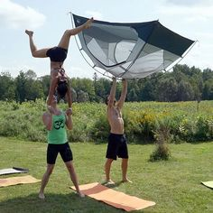 We had a super fun weekend at an earthship in Lanark with all the Ottawa acroyogis. Here we are hand to hand-ing while @spartan_jf does a standing high hand-to-tent.   by @acro_robert  #AcroRevolution #Ottawa #AcroyogaOttawa #SmileyOm #Yoga #PartnerYoga #FitCouple #Fitspo #Balance #FunInTheSun #ActivePeople #Fun #Smile #Cute #HandtoHand #Handstand #Silly #Tent #Lanark #Friends #Teamwork #Exercise #AcroCommunity #Trust #Travel