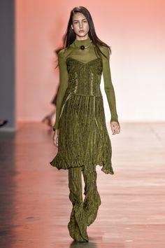 Blusa gola alta, de manga comprida, com corset de tricot 3D e saia verde com calça flare. Foto: Agencia Fotosite