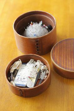 ニット作家の草本美樹さんのは、古いお弁当箱をお針箱として愛用中。/暮らし上手さんの飾り方・しまい方(「はんど&はあと」2012年5月号)