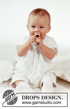Baby Joy / DROPS Baby - DROPS marine drakt og strømper i Safran med hullmønster Baby Girl Cardigans, Knit Baby Sweaters, Knitted Baby Clothes, Baby Knitting Free, Baby Knitting Patterns, Crochet Patterns, Baby Girl Patterns, Baby Clothes Patterns, Drops Design