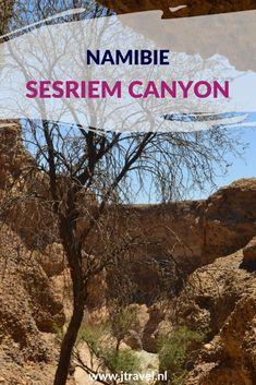 Vlakbij de ingang van de Sossuvlei ligt de Sesriem Canyon. Dit is een mooie zandstenen canyon van 1 kilometer lengte. De canyon is uitgeslepen door het water uit de Tsauchab Rivier. Meestal staat de rivier droog en kun je door de canyon wandelen. Meer lees je op mijn website. Lees je mee? #sesriemcanyon  #sossusvlei #namibie #jtravel #jtravelblog