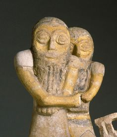 Deux personnages sur un char  XIIIe siècle avant J.-C.  Ras Shamra-Ougarit, Acropole nord-ouest du temple de Baal Fritte de quartz à glaçure polychrome H. : 15 cm. ; L. : 6 cm.