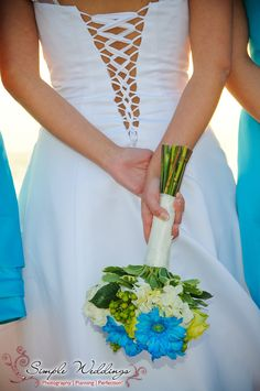 Love these cornflower / periwinkle blue bridesmaid dresses and the perfectly matched bouquet!