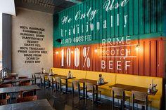 Ярко-жёлтые диваны в современном интерьере ресторана