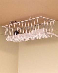 Idéia para manter os cabos escondidos e suspensos debaixo da mesa escritório.