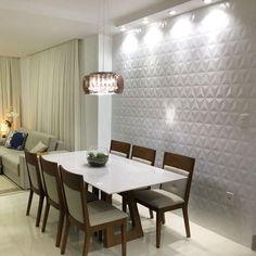 Nada melhor que repaginar a casa de vez em quando não é mesmo?! Nessa sala, que mostrei há alguns dias por aqui, estamos fazendo mudanças pontuais e que de cara já está agradando muito!! Na parede da sala de jantar usamos o revestimento ORIGAMI 3d da ELIANE e, valorizamos ainda mais com a iluminação. Tem mais coisa boa vindo por aí, já estamos ansiosas não é mesmo @minhacasa39 ??! Acompanha com a gente!!! #thaiscarvalhoarquitetura #decortiles #eliane #revestimento3d #saladecorada…