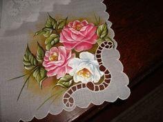 Detalhe de centro de mesa com bordado e pintura