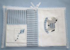 O Conjunto de Lençóis de Berço com 3 peças possui:  01 Lençol de Elástico para berço, que veste colchão até 135 x 75 cm;  01 Lençol de Dobra de 100 x 170 cm;  01 Fronha de 30 x 40 cm;  O Lençol de Dobra e a Fronha são bordados à mão com desenhos de Brinquedos e detalhes em azul.  Ambos têm barra ... 30, Fitted Crib Sheets, Blue Accents, Pillowcases, Baby Layette, Creative Crafts, Jacket