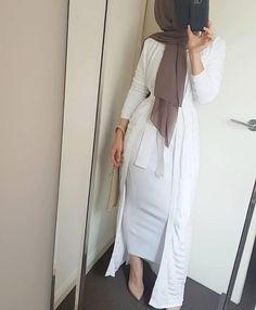 Image may contain: one or more people and people standing – Hijab Fashion Hijab Fashion Summer, Modern Hijab Fashion, Street Hijab Fashion, Hijab Fashion Inspiration, Islamic Fashion, Muslim Fashion, Modest Fashion, Fashion Outfits, Hijab Dress