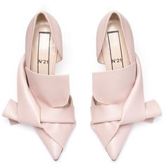 Nude calf leather bow pumps (8.920 ARS) ❤ liked on Polyvore featuring shoes, pumps, nude pumps, nude shoes, summer footwear, calfskin shoes and bow shoes