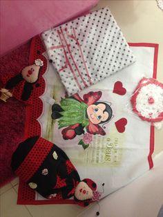 Kit cozinha vermelho: 1 pano pra fogão de 6 bocas, 1 jogo de 5 toalhinhas de crochê, 1 puxa saco, 1 porta pano de prato, 1 cortina. 145,00