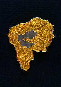 DULCE FERRAZ-PT  Territórios de Brilho / Pregadeira / prata e alumínio com laca japonesa e folha de ouro / 55x65x4mm / 2004-06/ foto H.Ruas