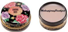 Volete coccolare le vostre labbra con un morbido balsamo al profumo di rosa? Dovreste provare questo Lip Balm di Anna Sui, contenuto nella preziosa scatolina fiorita, simbolo di questa collezione, questo balsamo per labbra è ideale per essere usato sia come primer che come normale trattamento di bellezza. Il suo prezzo è di 21 dollari.