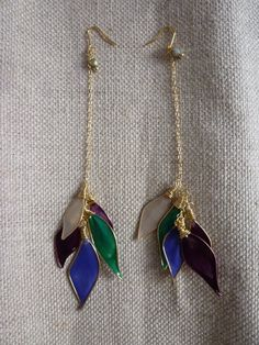 4色のアメリカンフラワーを使用した秋におすすめのピアス。動きが楽しい長めのピアスです。耳元には一粒ずつチェコビーズを飾りました。左右で配色の順、羽の大きさが違...|ハンドメイド、手作り、手仕事品の通販・販売・購入ならCreema。