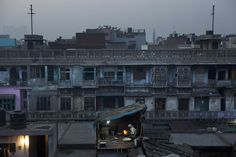 Un hombre prepara pan plano en una zona antigua de Nueva Delhi, India. (AP)
