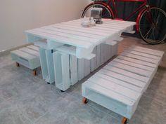 Mesa de comedor hecha de estibas