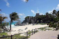 Tulum, Mexiko. Wunderschöner Strand mit einer alten Tempelruine auf den Felsen