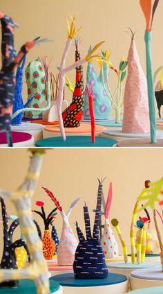 Een ietwat vreemde en eigenzinnige plant-bloem-tak-vorm in papier maché (met een tak als basis), beschilderd met contrastrijke kleuren al dan niet in combinatie met zachte zoete pasteltinten. Wat zal dat een pronkstuk worden op mama's kast!