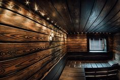 Sauna decorated with burned wood. Sauna House, Sauna Room, Building A Sauna, Spa Sauna, Jacuzzi Room, Torch Wood, Diy Wood Stain, Outdoor Sauna, Sauna Design