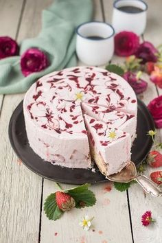 Köstliche Torte mit Erdbeerfüllung und Erdbeer-Wirbel. Dieses Rezept müsst Ihr probieren! Jetzt Rezept speichern und schnell nachbacken!