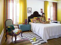 Papel de parede assinado, cores vibrantes e nada cor de rosa. Projetado pela arquiteta Andrea Murao, o quarto de 20 m² agradou à exigente proprietária: uma garota de 15 anos
