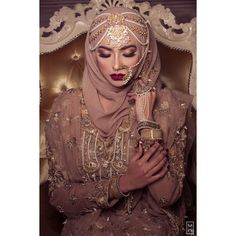Inspiring Wedding Make Up Ideas with Arabic Style - Zine 365 Bridal Hijab Styles, Hijab Wedding Dresses, Hijab Bride, Bridal Outfits, Bridesmaid Dresses, Desi Wedding, Wedding Looks, Bengali Wedding, Niqab