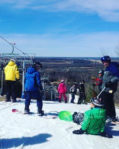 A gorgeous last day to hit the slopes on the first day of #spring! #getoutandplay on the #Barrie area hills till tonight! #ski #snowboard…