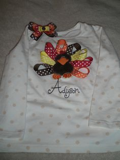 A super cute ribbon turkey shirt I made! Turkey Pattern, Thanksgiving Crafts, Hairbows, Sewing Projects, Ribbon, Holiday Decor, Sweatshirts, T Shirt, Band