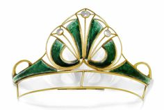ENAMEL AND MOTHER OF PEARL TIARA, A & J SMITH, Scotland, in 1900.  750 gold, 46 g.  Decorative Art Nouveau tiara with stylized leaf motifs and knots of gold wire, set with 6 green enameled and embellished with additional elements 3 round mother of pearl discs.