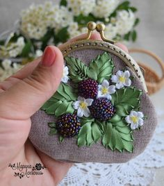 cuentas y abalorios comenzando con cinta de seda cinta de bordado ~ perlen und perlenstickerei erste schritte mit seidenband-stickerei-band Embroidery On Clothes, Embroidery Bags, Embroidery Supplies, Embroidery Patterns Free, Embroidery For Beginners, Hand Embroidery Designs, Embroidery Stitches, Embroidery Tattoo, Embroidery Suits