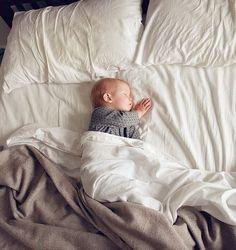 Kleiner süße Zwerg schlafe gut. Inspiration für Babyfotos.