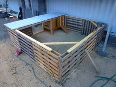 The Field Lab. chicken coop made of pallets The Field Lab. chicken coop made of pallets Chicken Coop Pallets, Backyard Chicken Coops, Chicken Coop Plans, Building A Chicken Coop, Diy Chicken Coop, Chicken Ideas, Backyard Ducks, Chickens Backyard, Pet Chickens