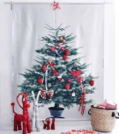 小さなクリスマスツリーのコラージュと、レッドのデコレーション、レッドとホワイトのクリスマスゴート。