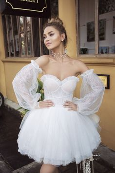 Gorgeous Embroidered Strapless Sweetheart Tulle Wedding Mini Dress / Short Bridal Gown with Detachable Long Sleeves for the Beach Wedding by Lanesta Diy Tulle Skirt, White Tulle Dress, Unusual Wedding Dresses, Elegant Dresses, Fancy Robes, Fantasy Gowns, Special Dresses, Bride Gowns, Marie