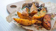 Cómo cocer patatas en el microondas en solo 10 minutos How To Cook Potatoes, Deli, Sweet Potato, Great Recipes, Hamburger, Carrots, Side Dishes, Grilling, Vegetables
