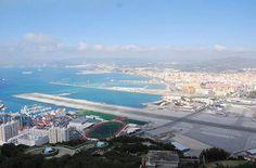 Gli aeroporti più strani del mondo...  Col passaggio a livello  L'aeroporto civile e militare di Gibilterra ha una particolarità: la sua pista è attraversata dalla Winston Churchill Avenue, una delle vie principali della città. Che a ogni decollo e atterraggio viene chiusa al traffico con passaggi a livello. Foto BBM explorer