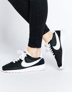 Nike Roshe black and white