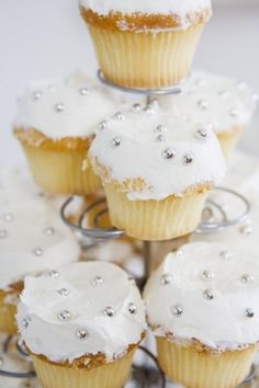 When you make cupcakes in advance of an event and have leftovers, proper storage keeps them fresh and moist. Storage methods vary, depending on whether you frost the cupcakes and the type of icing . Baking Cupcakes, Cupcake Cookies, Cupcake Recipes, Freezing Cupcakes, Cupcake Creme, Making Fondant, Orange Cupcakes, Frosting Tips, Brownie Bar