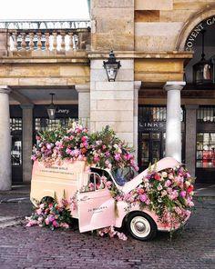 chelsea flower show e chelsea in bloom carro de flores Chelsea Flower Show 2018, Peggy Porschen Cakes, Flower Cart, Bloom, Flower Aesthetic, Covent Garden, Floral Arrangements, Beautiful Flowers, Pink