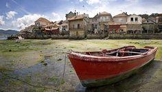 """Combarro, Galicia. A orillas del Atlántico, los 7 kilómetros que separan Combarro de Pontevedra son un viaje en el tiempo. Aquí los relojes se detuvieron hace años y quizás por eso su casco antiguo es un festival de hórreos y cruceros, testimonio de la vida en Galicia a lo largo de la historia. La palabra """"pintoresco"""" no le hace justicia a este rincón forjado por el mar y la tradición que tan bien ha sabido conservar su patrimonio"""