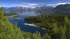 Los grandes lagos argentinos también tienen islas, sobre todo los del Sur, donde los Andes crearon rebuscados y laberínticos paisajes. La más famosa es Victoria, en medio del Nahuel Huapi (un nombre que originalmente era el suyo, ya que significa Isla del Puma, en referencia al animal tótem del clan puelche que la habitaba).